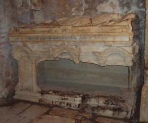 Саркофаг, у якому був похований святитель Миколай. Місто Демре.